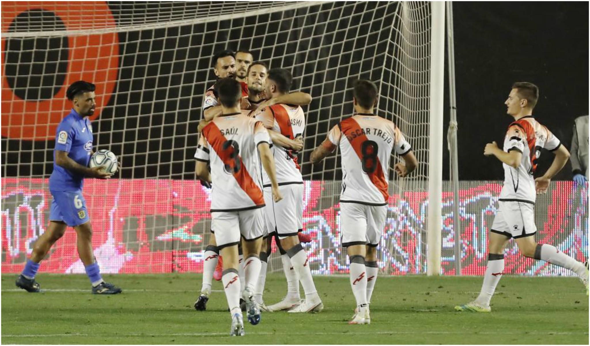 Los jugadores del rayo abrazan a Mario Suárez tras marcarle al...