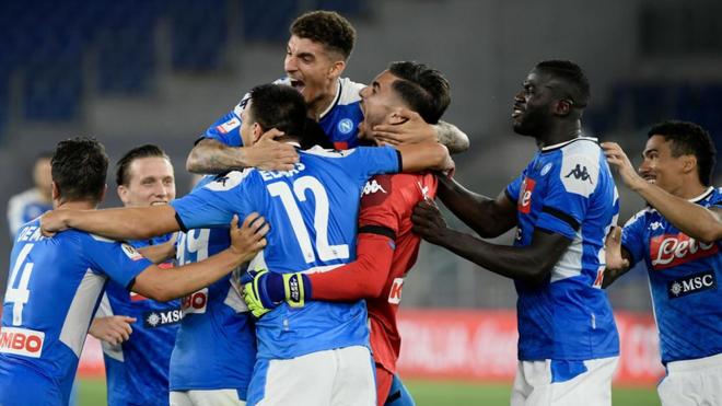Los jugadores del Nápoles celebran el título de Coppa.