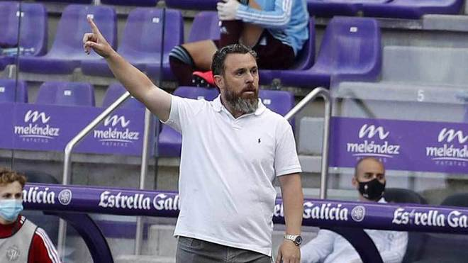 Sergio, entrenador del Valladolid, da una indicación en el encuentro...