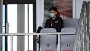 Kai Havertz, lesionado, ve un partido del Bayer Leverkusen desde la...