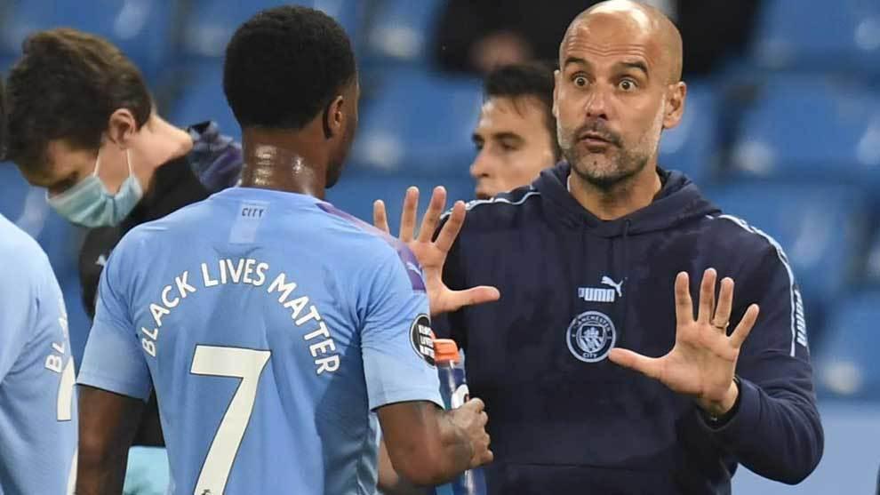 Guardiola, durante el partido del City, habla con Sterling