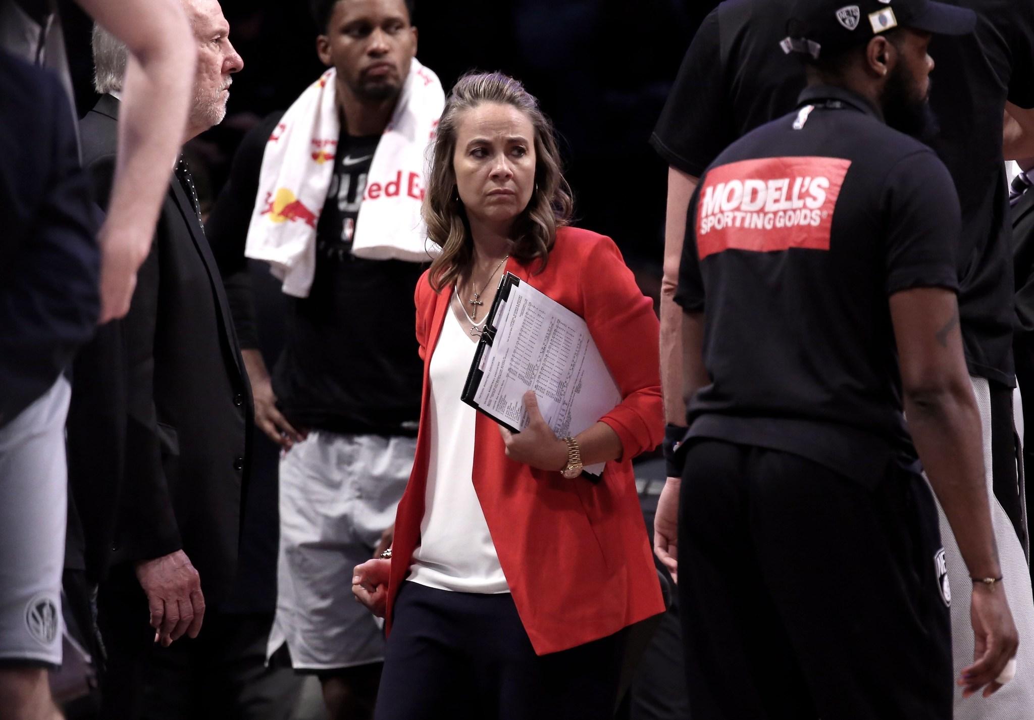 Becky Hammon en 2019 como asistente de Gregg Popovich en los San...