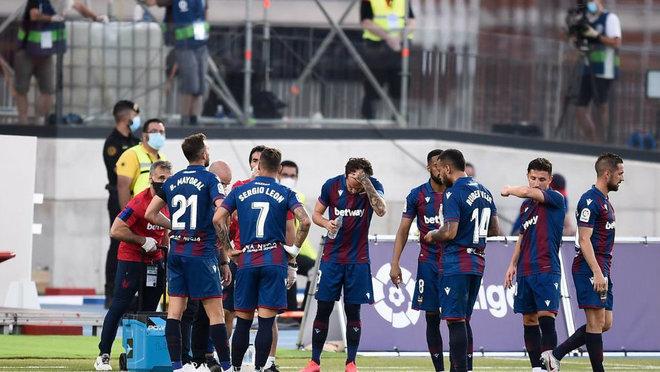 Los jugadores, en un descanso del partido ante el Sevilla, en el campo...