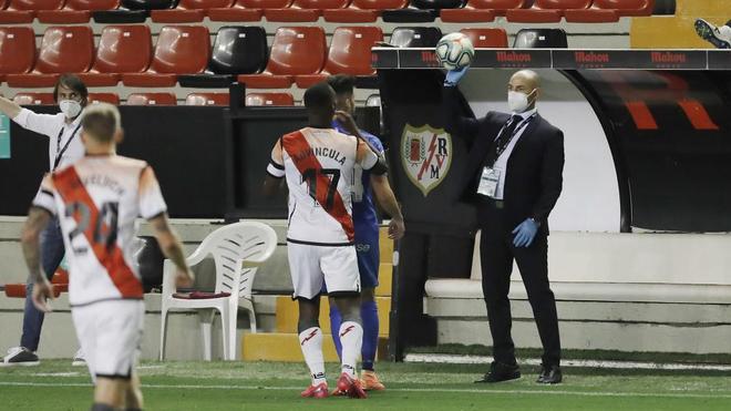Paco Jémez  da instrucciones durante un partido en Vallecas.