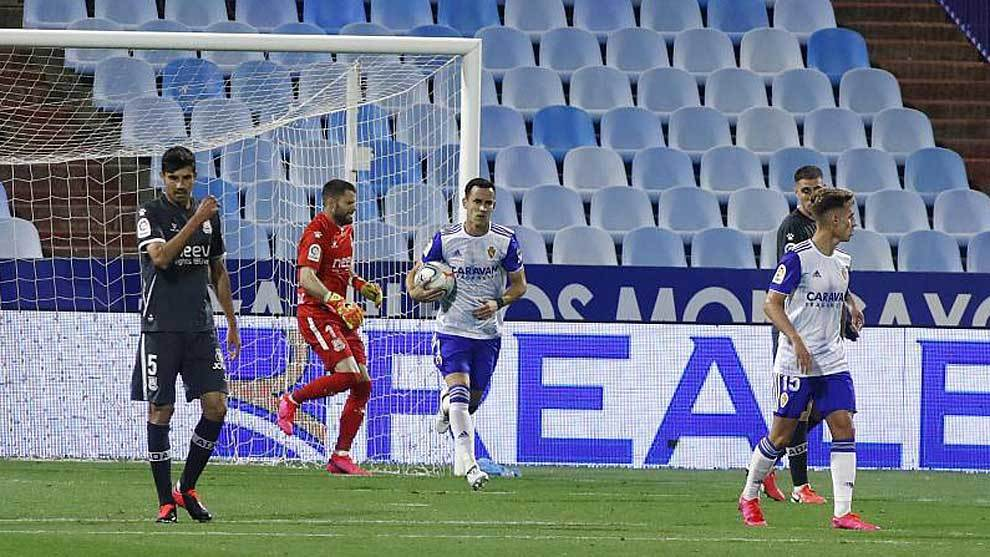 Linares recoge el balón de la portería del Alcorcón tras marcar su...
