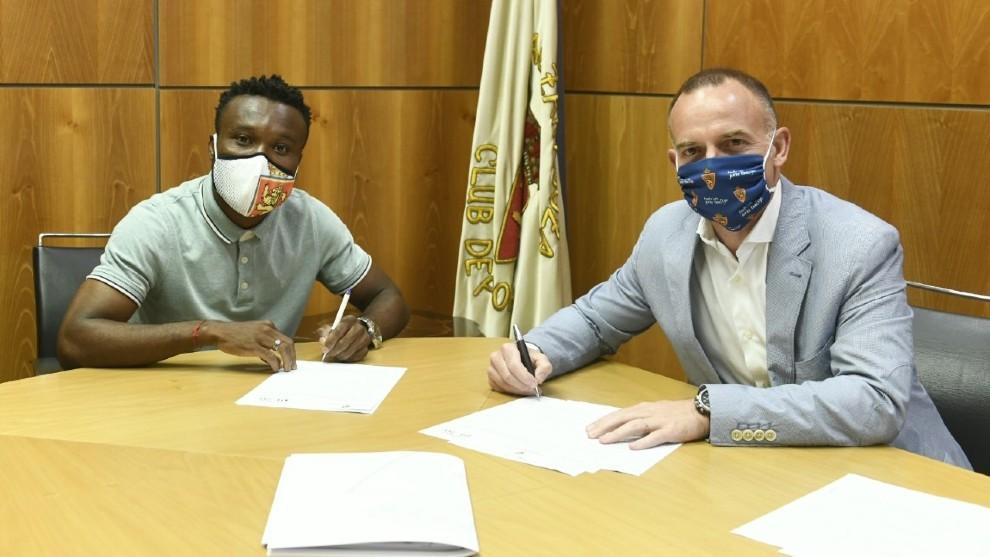 James Igbekeme firma su contrato junto a Christian Lapetra.