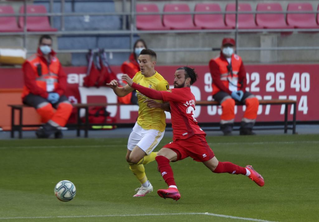 Salvi disputa un balón con Héctor Hernández en Los Pajaritos