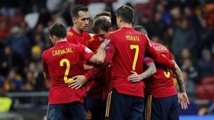 Carvajal, Morata y Busquets se abrazan tras un gol de España ante...