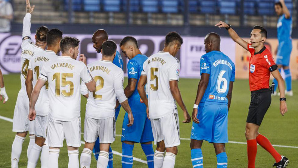 El colegiado anuló un gol tras consultar el VAR