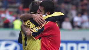 Cañizares y Guardiola se abrazan en una victoria de España