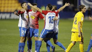 Los jugadores del Sporting celebran uno de sus dos goles en Santo...