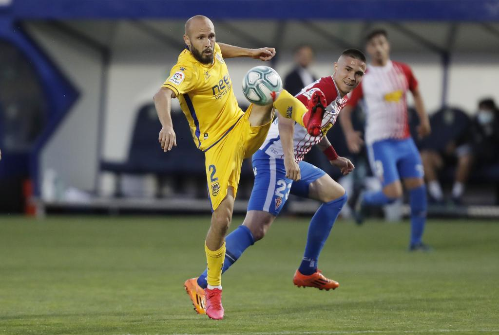 Laure se cruza ante Djurdjevic, autor del segundo gol del Sporting en...