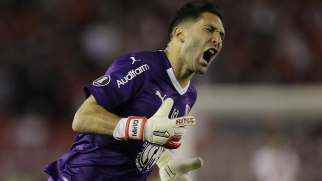 Martín Campaña en un duelo con el Independiente de Avellaneda.
