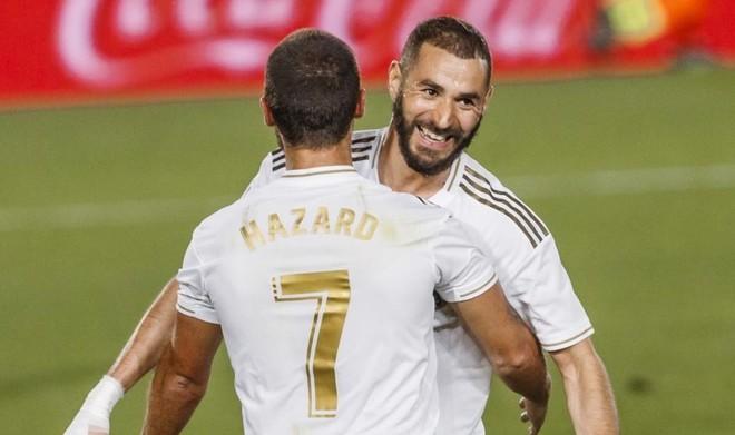Hazard felicita a Benzema tras el primer gol del Madrid ante el...