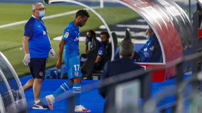 El jugador del Valencia Coquelin se marcha lesionado del campo.