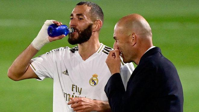 Zidane sonríe con Benzema ante el Valencia.