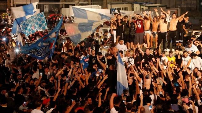 La afición del Napoli es criticada por excesivos festejos.