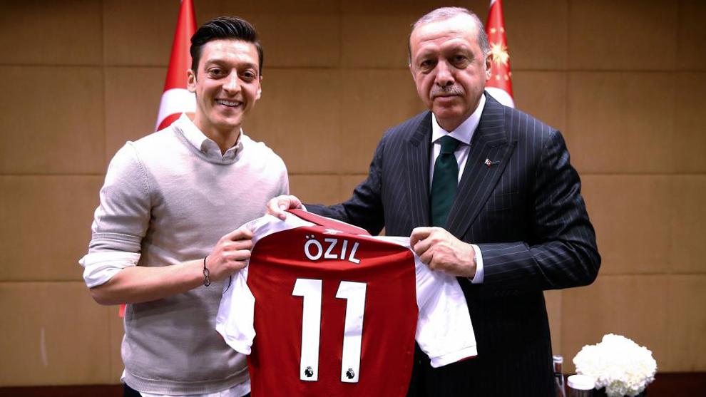 Mezut Özil posa junto al presidente turco Erdogan en una foto que...