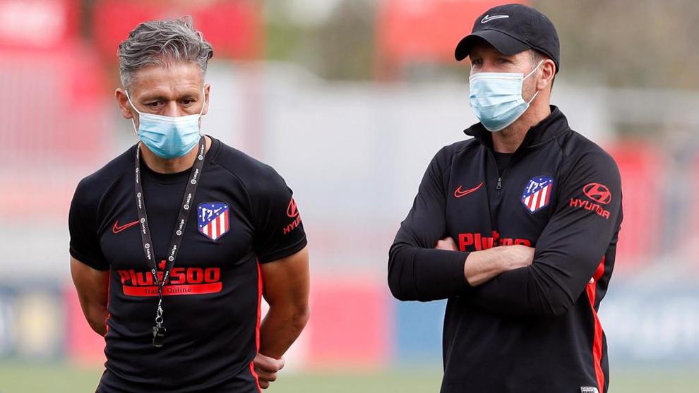 Simeone junto a Nelson Vivas en el entrenamiento del Atlético.