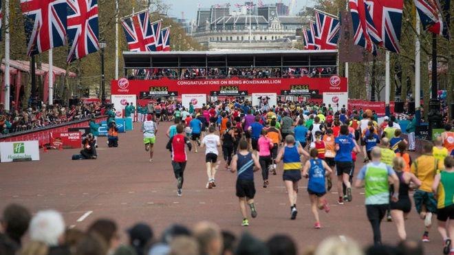Miles de corredores, en la llegada del maratón de Londres