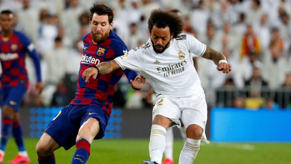 Messi y Marcelo, se obstaculizan en una carrera.