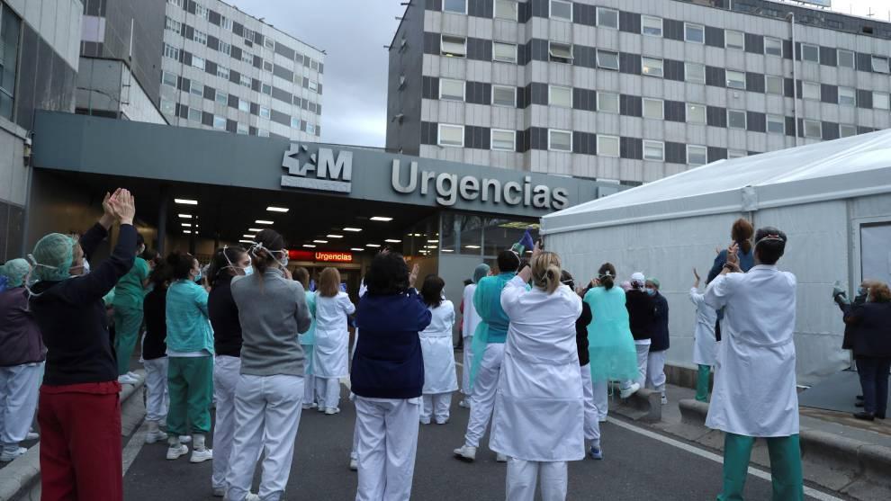 Personal sanitario a las puertas de un hospital madrileño durante...