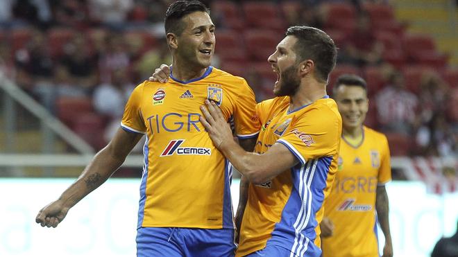 Sosa y Gignac festejan un gol ante Chivas en el 2016.