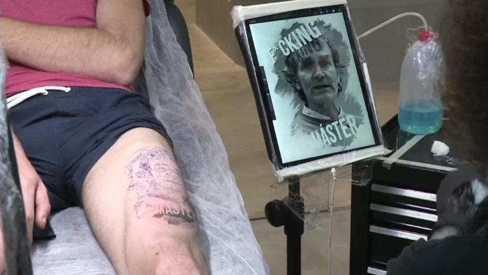 Un joven valenciano se tatua en el muslo la cara de Fernando Simon...