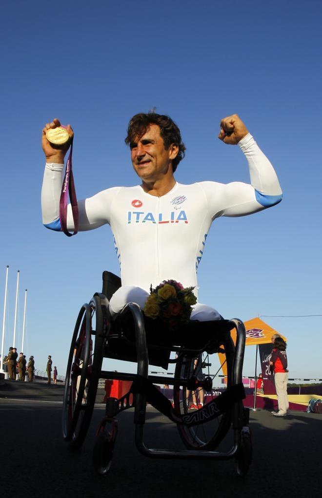 Alessandro Zanardi, con uno de los dos oros que conquistó en los Juegos Paralímpicos de Londres.