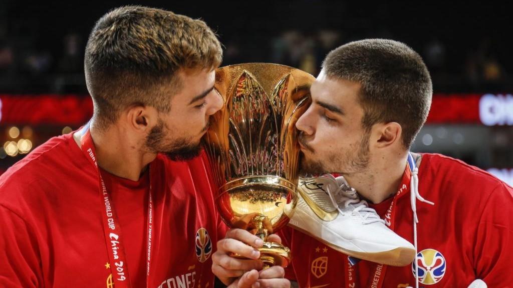 Willy y Juancho Hernangómez, con el trofeo de campeones del Mundo.