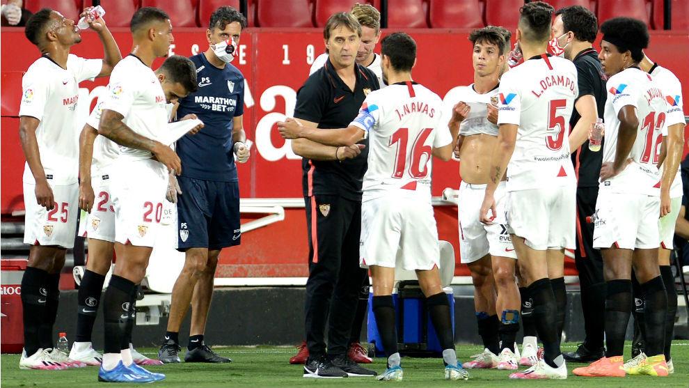 Navas (34) habla con Lopetegui en una pausa del partido del Sevilla...