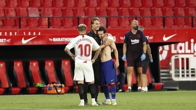 Banega, Lopetegui y Messi, sobre el césped del Sánchez Pizjuán.