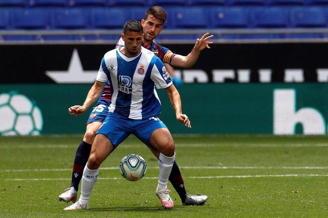 Jonathan Calleri disputa un balón frente a Sergio Postigo