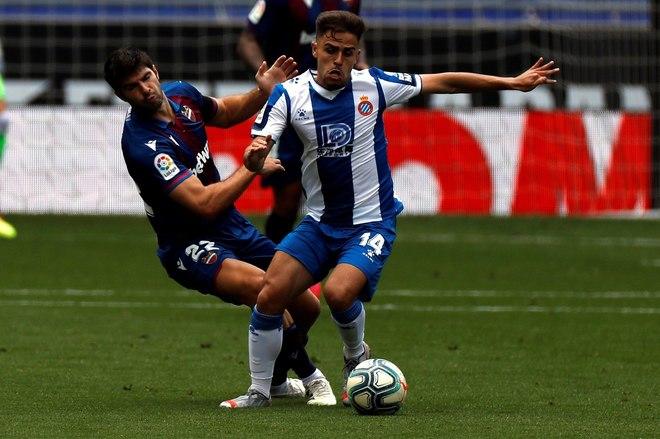Óscar Melendo disputa un balón frente a Gonzalo Melero