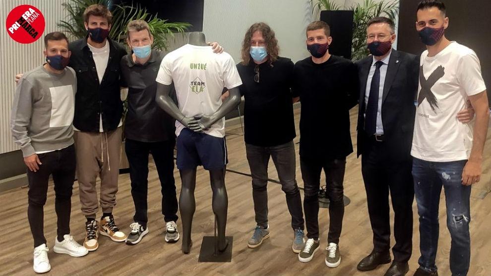 Jordi Alba, Piqué, Puyol, Sergi Roberto, Bartomeu y Busquets posan...
