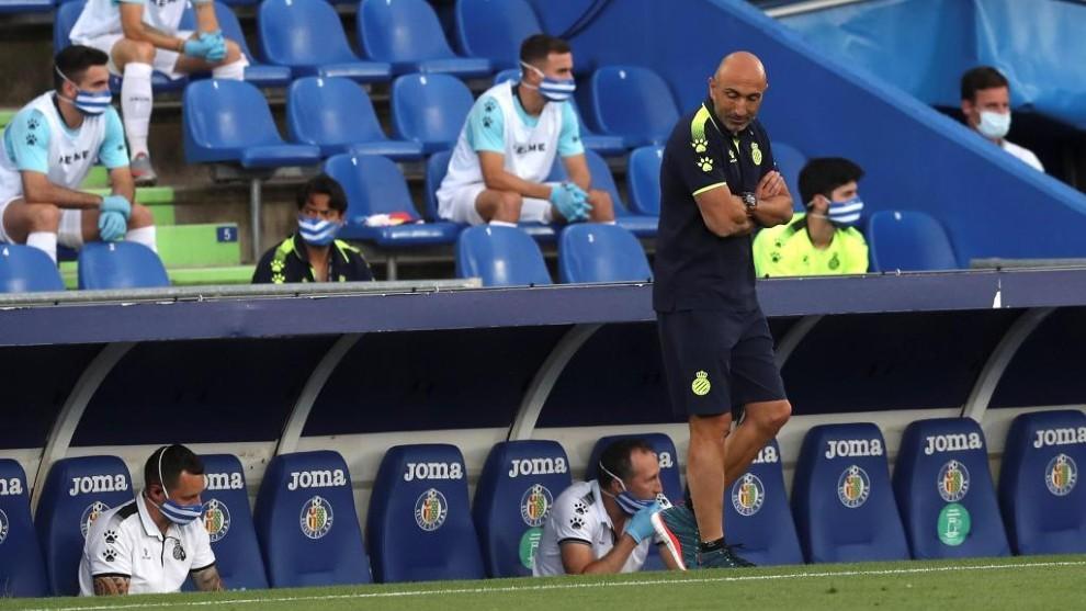 Abelardo, en la banda del RCDE Stadium.