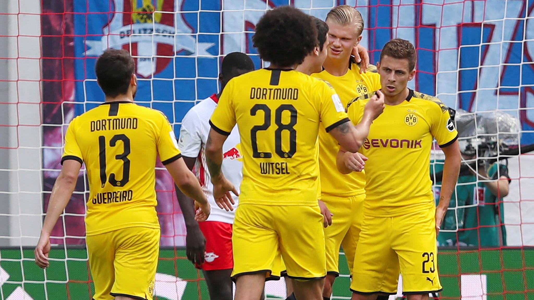 Haaland festeja con sus compañeros su gol