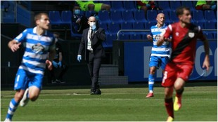 Bergantiños y Mollejo atentos a que el balón no llegue a Juan...