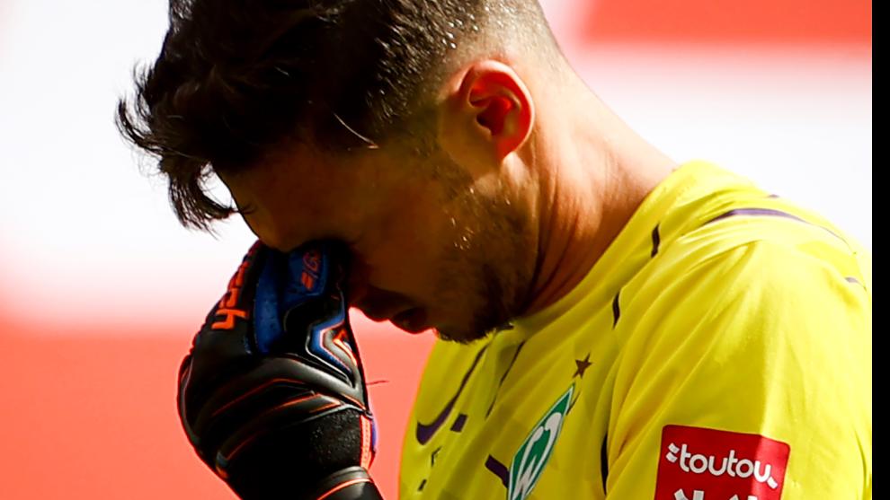 Pavlenka, portero del Werder Bremen, se lamenta tras perder contra el...