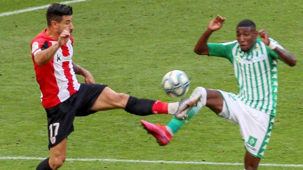 El lateral brasileño, en una disputa durante el partido