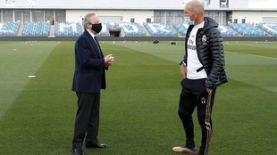 Florentino Pérez y Zinedine Zidane dialogan en una de las visitas del...