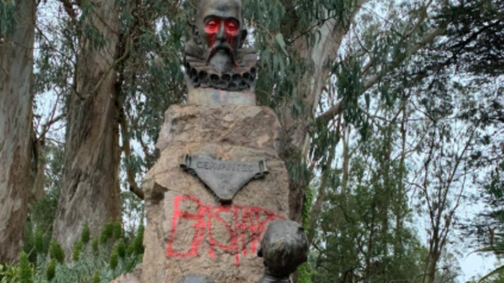 """Activistas escriben """"bastardo"""" sobre la estatua de Cervantes en el..."""