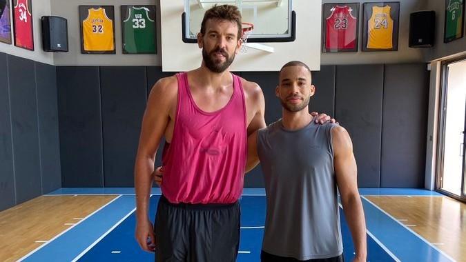 Marc Gasol, junto a Mike Torres, jugador del Carramimbre Valladolid.