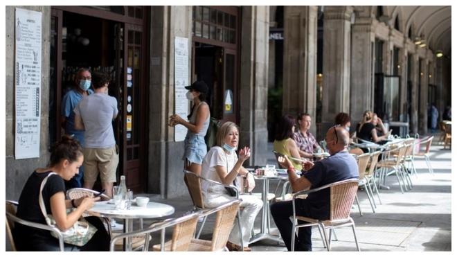 Ambiente en una terraza de la Plaza Real de Barcelona.