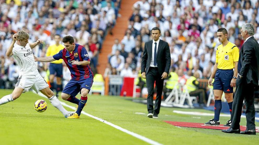 Messi y Kroos disputan un balón ante la presencia de Ancelotti y Luis...