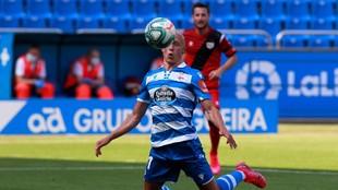 Mollejo controla un balón durante el partido ante el Rayo en Riazor
