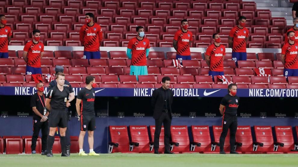 Simeone y los suplentes del Atlético, en el minuto de silencio previo...