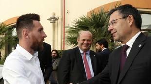 Messi y Bartomeu se saludan en el acto de entrega de la Bota de Oro.