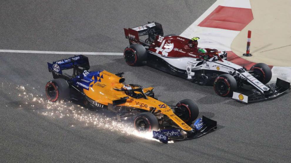 Carlos Sainz, en el exterior, pugna con Giovinazzi, en el interior, en...