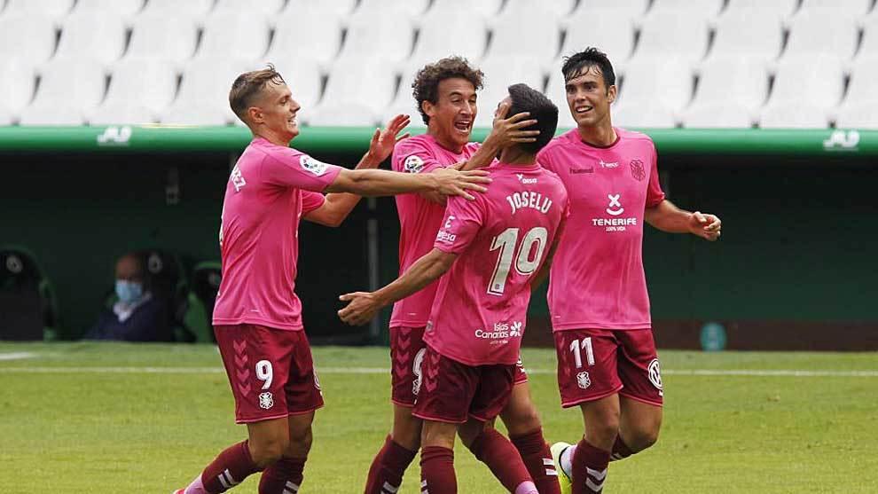 Dani Gómez, Milla y Álex Bermejo celebran con Joselu el primer gol...
